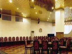 Кубообразный реечный потолок. Золото