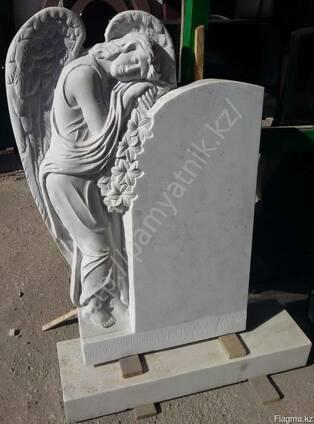 """Памятник """"Скорбящий ангел"""" из белого мрамора."""
