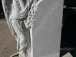 Памятник Скорбящий ангел из белого мрамора.