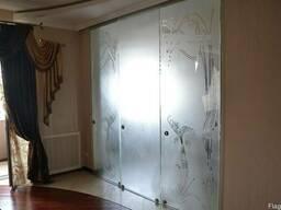 Раздвижные стеклянные межкомнатные двери купе